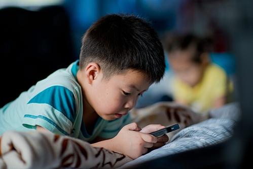 """Những đứa trẻ bị cha mẹ """"khoán trắng"""" cho smartphone"""