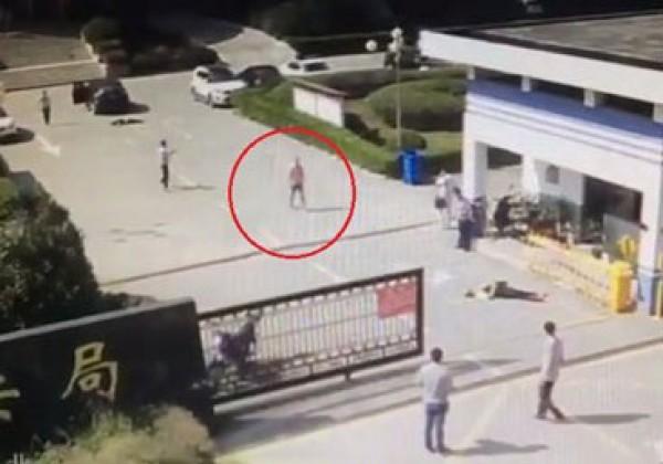 Phi thẳng ôtô vào vợ và nhân tình ngay trước đồn cảnh sát