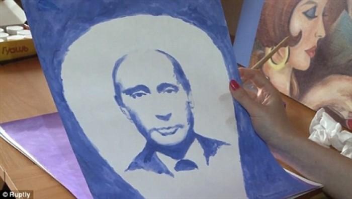 Nữ họa sĩ vẽ chân dung Tổng thống Putin bằng… ngực