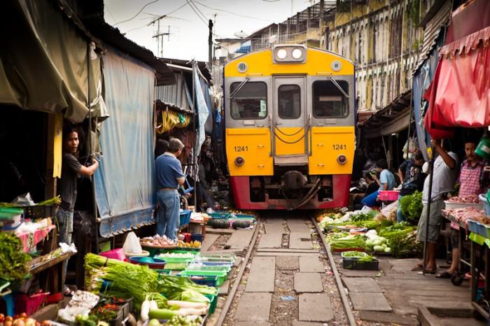[Chùm ảnh] Thót tim với khu chợ đường tàu ở Thái Lan