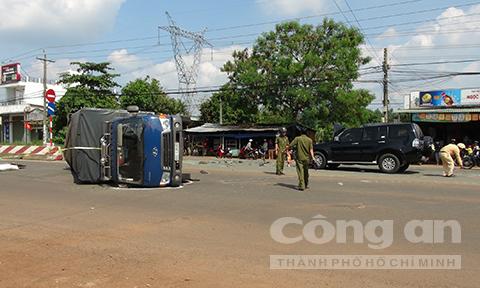 Ôtô tông lật xe tải, 3 người bị thương