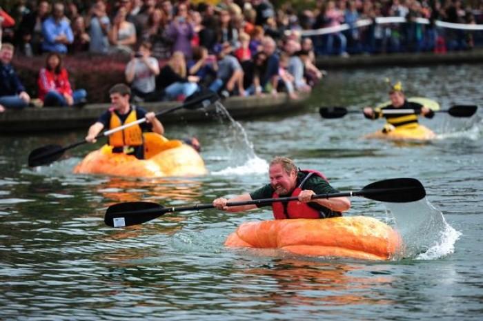 [Chùm ảnh] Kỳ thú lễ hội đua thuyền… bí ngô