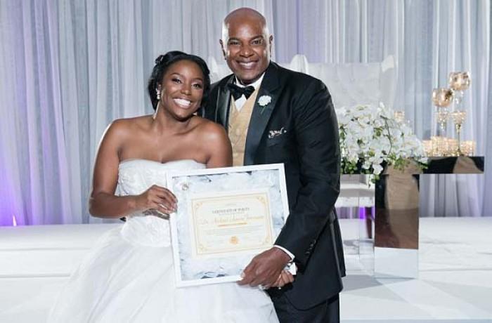 Cô dâu tự hào khoe giấy chứng nhận trinh tiết