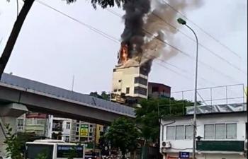Hà Nội: Ngôi nhà 9 tầng trên phố Hào Nam bốc cháy dữ dội
