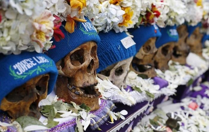 [Chùm ảnh] Kỳ lạ tập tục trang trí hộp sọ ở Bolivia