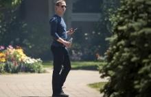 mark zuckerberg cam nhan su cap cao o facebook dung iphone