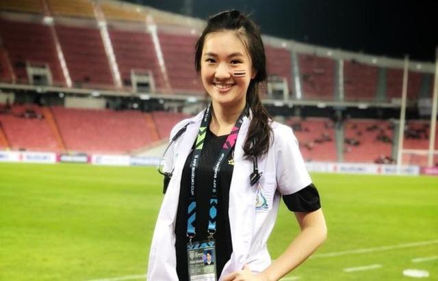 Nữ bác sĩ đội tuyển Thái Lan gây sốt vì vẻ đẹp như thiên thần