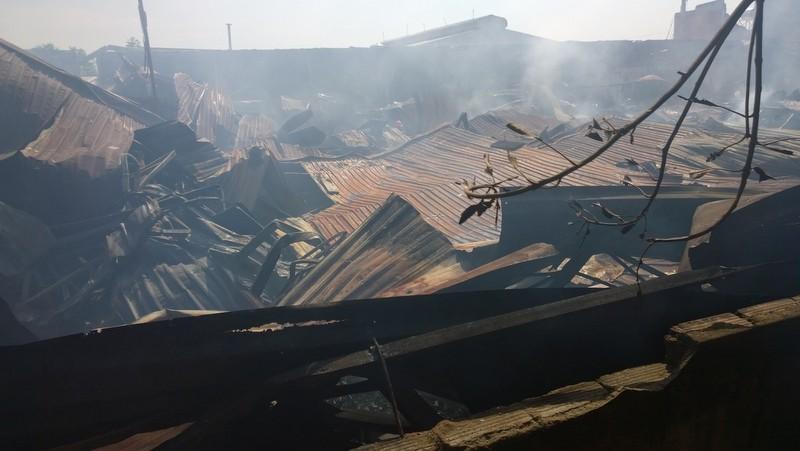 Xưởng gỗ rộng 1.000m2 bốc cháy trong mưa