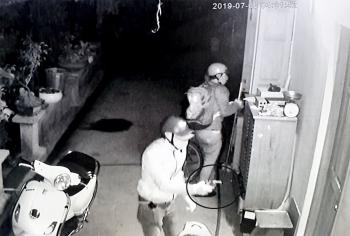 Kinh hoàng băng nhóm cầm súng tấn công một nhà dân trong đêm