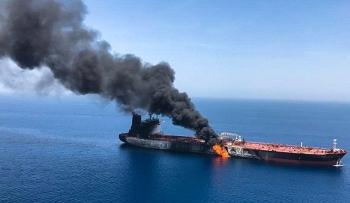 Một tàu chở dầu ngoài khơi nghi bị tấn công bằng máy bay không người lái
