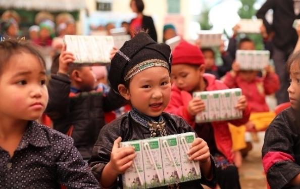 Vinamilk và Quỹ sữa Vươn cao Việt Nam 2021 trao tặng 1,7 triệu ly sữa hỗ trợ trẻ em khó khăn giữa dịch Covid-19