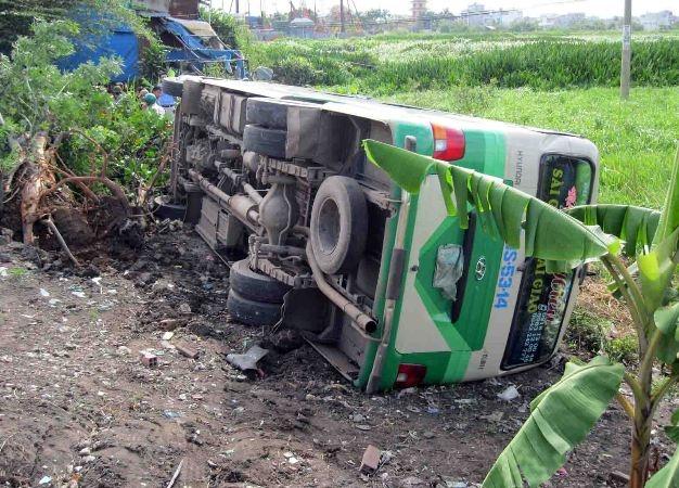 Xe khách lao xuống mương, 28 người thoát chết trong gang tấc