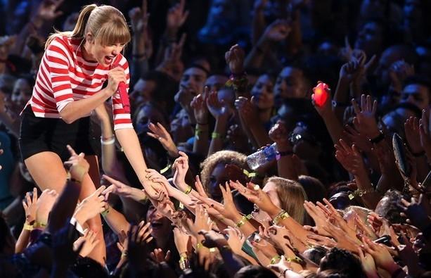 """""""Công chúa nhạc đồng quê"""" Taylor Swift rất dễ… yêu?"""