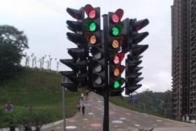 """Choáng với hệ thống đèn giao thông """"khủng"""""""