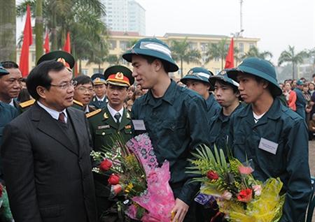 Đồng chí Phạm Quang Nghị, Ủy viên Bộ Chính trị, Bí thư thành ủy Hà Nội dặn dò chiến sĩ mới trước khi lên đường nhập ngũ.