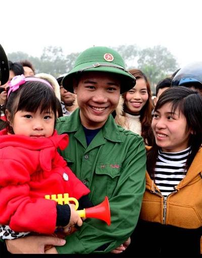 Tân binh Nguyễn Hữu Tuấn, xã Tân An (Hải Dương) chia tay người thân.