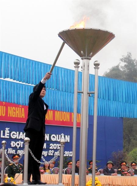 Đồng chí Nguyễn Văn Cường, Bí thư Tỉnh ủy Hưng Yên thắp sáng ngọn đuốc anh hùng cách mạng trong ngày hội tòng quân tại huyện Kim Động.