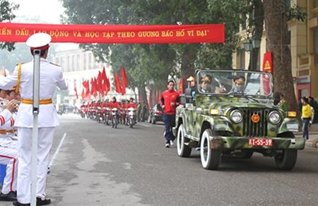 Đoàn rước đuốc của quận Hoàn Kiếm trong ngày hội tòng quân đang tiến về lễ đài.