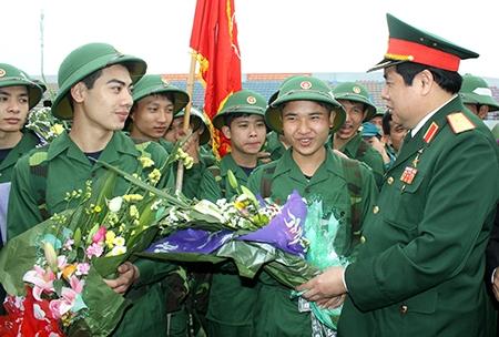 Đại tướng Phùng Quang Thanh, Ủy viên Bộ Chính trị, Phó bí thư Quân ủy Trung ương, Bộ trưởng Bộ Quốc phòng tặng hoa, động viên thanh niên huyện Đan Phượng (Hà Nội).