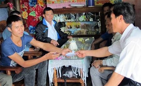Gặp mặt, tặng quà cho thanh niên Nguyễn Văn Tiền, xã Quảng Tiến, huyện Cư M'gar, tỉnh Đắc Lắc