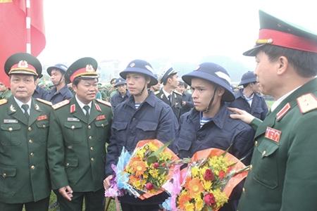 Thượng tướng Đỗ Bá Tỵ, Ủy viên Trung ương Đảng, Ủy viên Thường vụ Quân ủy Trung ương, Tổng Tham mưu trưởng, Thứ trưởng Bộ Quốc phòng với chiến sĩ mới trước lúc lên đường về đơn vị.