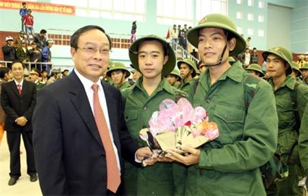 Ông Nguyễn Văn Cao, Chủ tịch UBND tỉnh Thừa Thiên- Huế tặng hoa và căn dặn các thanh niên huyện Quảng Điền lên đường nhập ngũ
