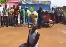 Ngỡ ngàng với khả năng tâng bóng siêu đẳng của cô gái châu Phi
