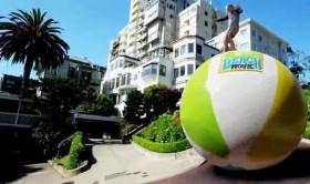 Người đàn ông có khả năng đi trên quả bóng khổng lồ