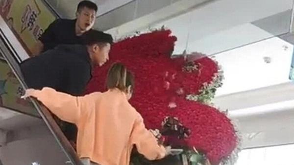 Mua hơn 1.000 bông hồng níu kéo tình cảm vợ cũ, người đàn ông gặp họa không ngờ