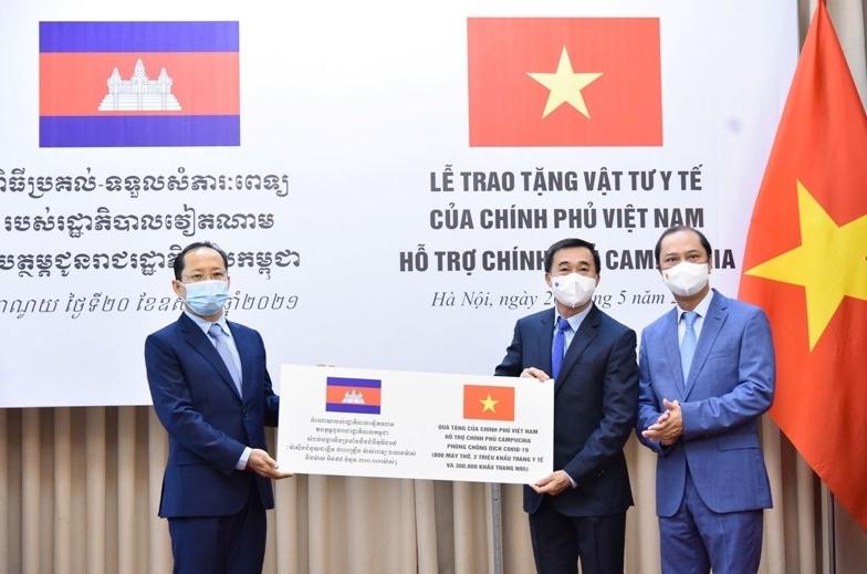 Việt Nam trao tặng vật tư, thiết bị y tế hỗ trợ Campuchia ứng phó với dịch Covid-19