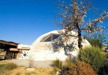Ngôi nhà sinh thái được xây từ phế liệu