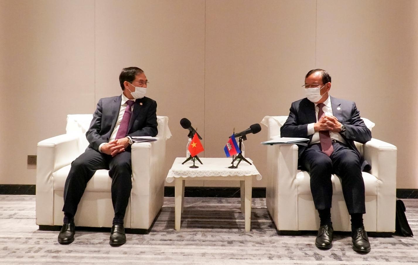 Bộ trưởng Ngoại giao Bùi Thanh Sơn gặp song phương Phó Thủ tướng, Bộ trưởng Ngoại giao và Hợp tác quốc tế Campuchia