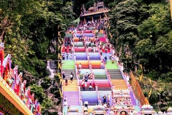Quyến rũ 272 bậc thang cầu vồng Batu