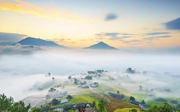Ngôi làng cổ tích giữa biển mây
