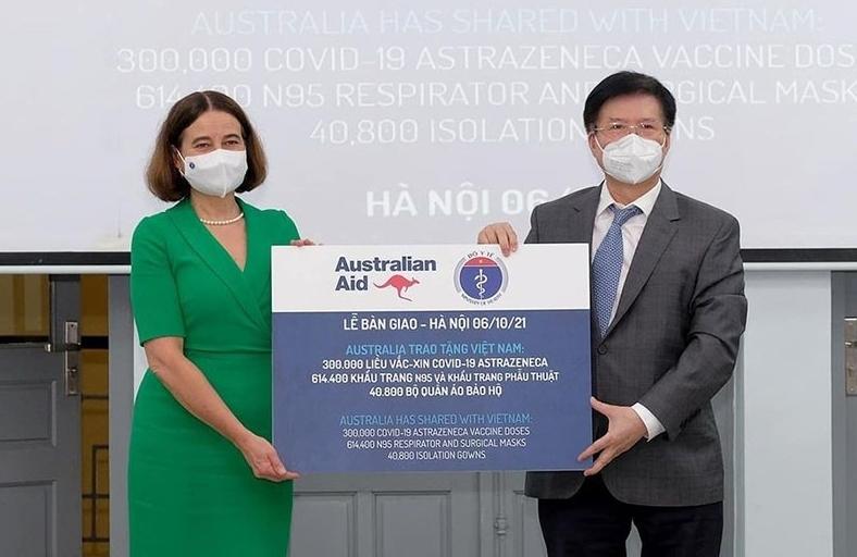 Australia bàn giao thêm 300.000 liều vaccine cùng nhiều trang thiết bị y tế cho Việt Nam