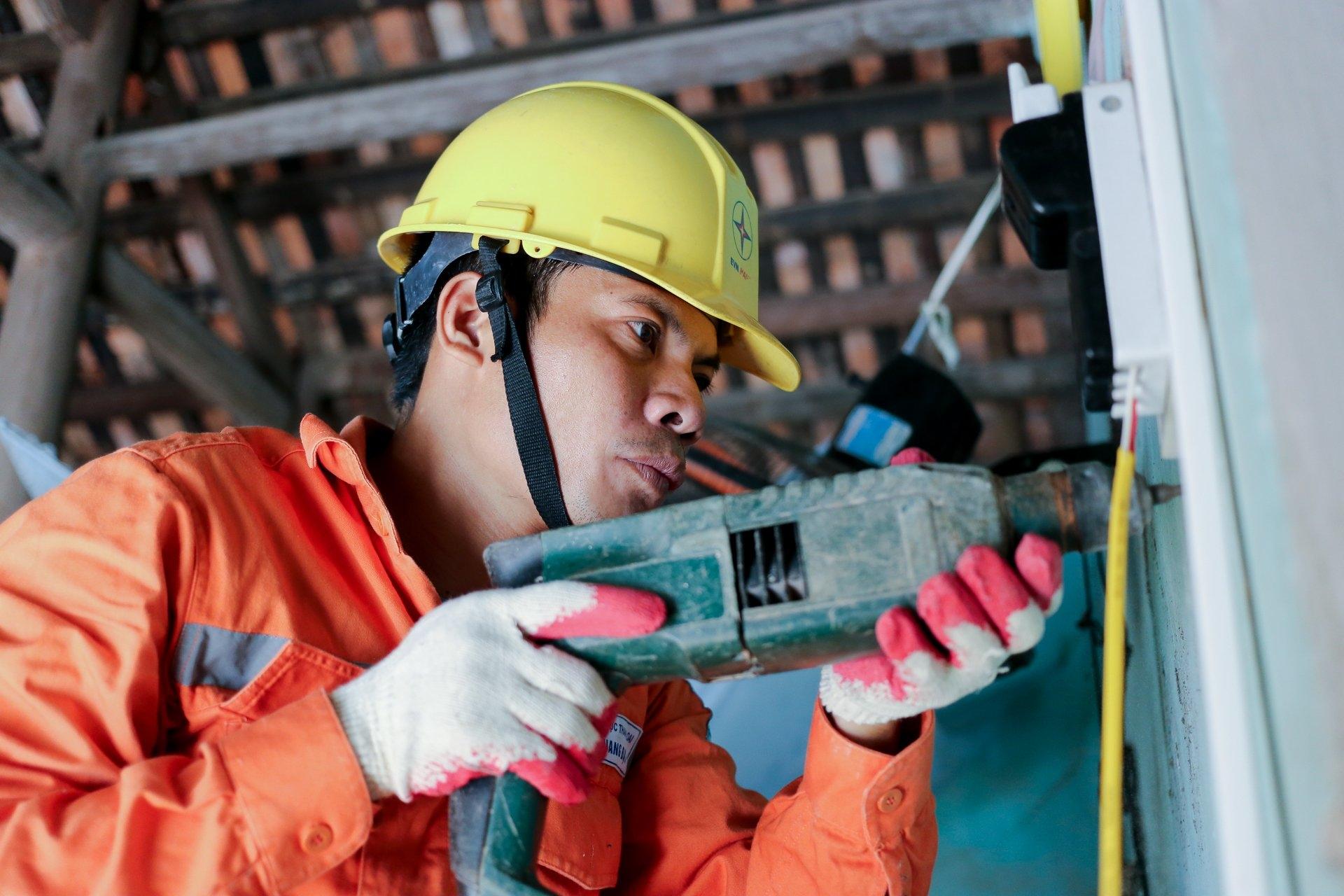EVNHANOI sửa chữa, lắp đặt hệ thống điện cho 100% hộ nghèo thuộc huyện Thanh Oai