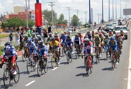Người dân TPHCM chào đón đoàn đua xe đạp về đích trong ngày lễ thống nhất đất nước