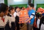 BSR tặng 3.000 áo phao cho học sinh vùng lũ