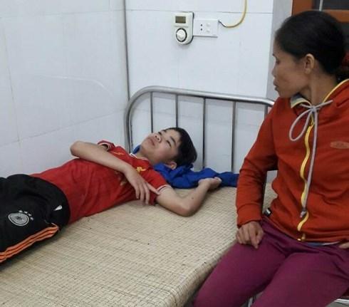 Nghệ An: Bị sét đánh tử vong vì vừa sạc điện thoại vừa chơi điện tử