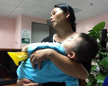 Hà Nội: Bé 2 tuổi bị chó cắn nát mặt