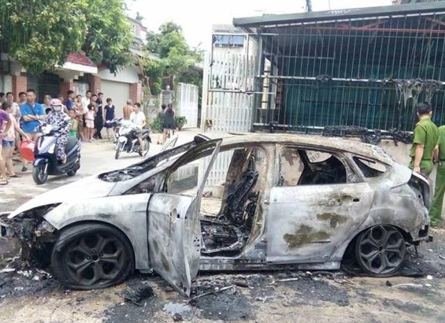 Xe ôtô biển Hà Nội bốc cháy ở Thanh Hóa