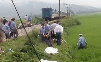Băng qua đường sắt, hai vợ chồng bị tàu hoả tông chết