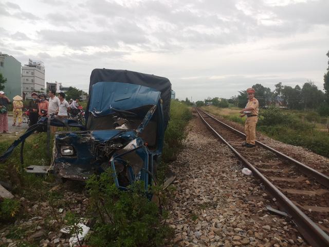 Tàu hỏa tông ôtô tải nát bét, tài xế và phụ xe văng ra ngoài