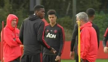 Pogba trợn trừng mắt, tỏ thái độ với Mourinho trên sân tập