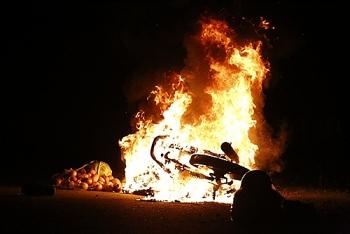 Xe máy bốc cháy ngùn ngụt khi đang đổ đèo