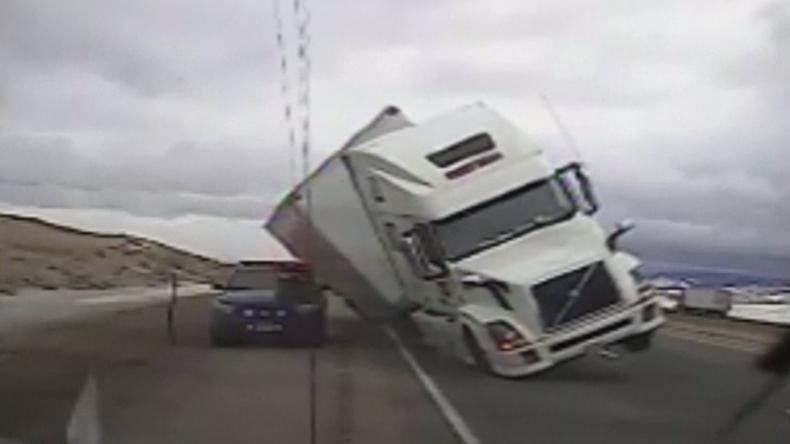Gió thổi lật cả xe container