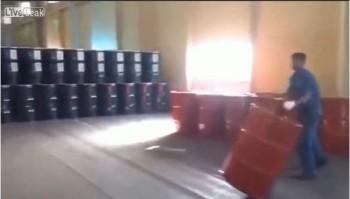 video cong nhan nga khieu vu voi thung dau