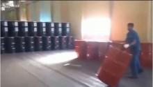"""[VIDEO] Công nhân Nga """"khiêu vũ"""" với thùng dầu"""