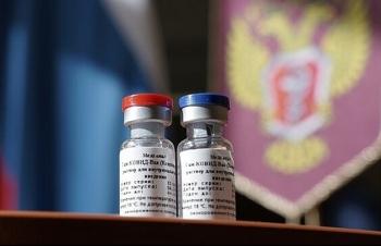"""Âm mưu """"tranh công"""" thành tựu tìm ra vaccine ngừa Covid-19 của Nga"""