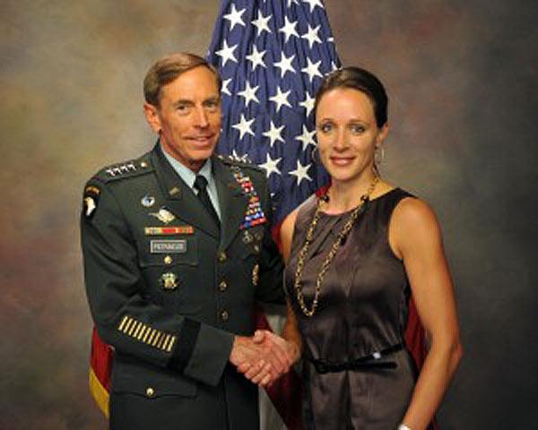Giám đốc CIA từ chức vì vướng lưới tình
